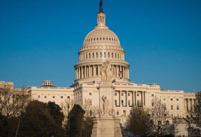 US-Repräsentantenhaus stimmt Coronahilfspaket im Umfang ...